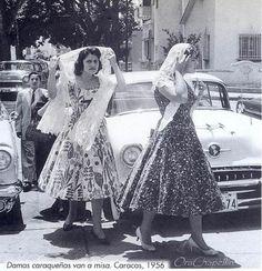 Mi prima Malena y mis hermanos Hilfi (mi madre entre ellos)y Pausolino. El Oldsmobile, carro de mi papá. Caracas,1956