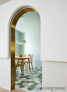 작은 목조 주택 미학 - 리빙센스:HOUSING Luxury Interior, Interior Architecture, Interior And Exterior, Architecture Details, Door Design, House Design, Design Rustique, Cafe Design, Restaurant Design