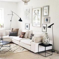 || H O M E || And a beautiful december light in my livingroom #decor#interiørdesign#interior#indretningsarkitekt#home#scandinaviandesign#scandinavianhome#danskehjem#ajgulvlampe#arnejacobsen#bernardscottlander#mantis#decemberlyseternogetsærligt#speciallight#livingroom#white