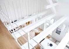 Escada Flutuante em Decoração de Apartamento Minimalista