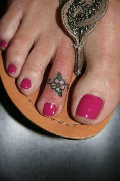 Toe Tattoos Designs, Ideas and Toe Ring Tattoos, Body Art Tattoos, Small Tattoos, Tatoos, Ankle Tattoos, Daisy Flower Tattoos, Flower Tattoo Designs, Tattoo Flowers, Daisies Tattoo