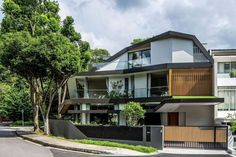Located in a lushly planted residential area of Singapore and surrounded by mature trees, this green modern residence aims to capture the spirit of its surroundings. The House at Trevose Place was completed by A D Lab. Singapore Architecture, Architecture Design, Residential Architecture, D Lab, Design Exterior, Modern Contemporary Homes, House Deck, Hotels, Amazing Buildings