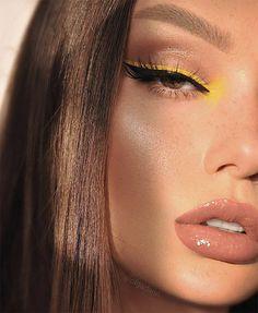 Via www.achotendencia.com delineado colorido, delineador, neon, pastel, diferente, como fazer, onde comprar, delineado gráfico, delineado branco, Black Eyeshadow Makeup, Makeup For Green Eyes, Eyeshadow Palette, Mac Eyeshadow, Simple Eyeshadow, Yellow Eyeshadow, Simple Eyeliner, Summer Eyeshadow, Yellow Makeup