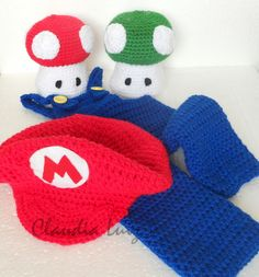 Não pode faltar no seu estúdio.    Em fio 100% acrílico    Kit composto por:  1 macacão  2 cogumelos  1 boina    Para tamanho 6 meses: Mario Bros, Newborn Crochet, Kids Rugs, Decor, Crochet Bikini, Photoshoot, Beret, Groomsmen, Mushrooms