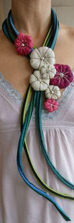 un collier de fleurs en tissue par lathilde de http://lathilde.canalblog.com/: