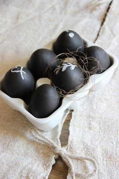 Chalkboard Easter eggs with text: als Jezus uit de dood is opgestaan, dan is Pasen geen eitje. Pasen, Ostern Pâques Pascua Påske.