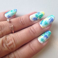 Nails of the week: Marble in green, yellow, blue and white