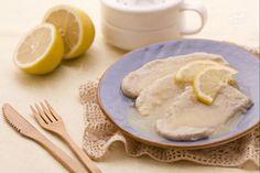 Con le scaloppine al limone otterrete con facilità un secondo piatto dal gusto semplice e fresco, ottimo anche d'estate. La salsa che accompagna le scaloppine è molto leggera e gustosa, dal fresco sapore di limone che piacerà proprio a tutti !