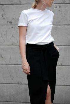 White t-shirt, black Wrap skirt, White sneakers, Straw bag, Monochrome look Streetstyle Minimal Blogger Cecilie Krog Danish Bykrog Hvisk Bestseller.com Selected femme