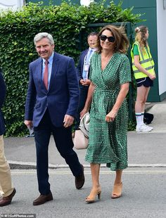 Carole and Michael Middleton at Wimbledon Meanwhile Michael looked handsome in a navy suit and red patterned tie, as they made their… Kate Middleton Parents, Carole Middleton, Middleton Family, Wimbledon, Pippa And James, Skirt Patterns Sewing, How To Look Handsome, Elegant Woman, Duchess Of Cambridge