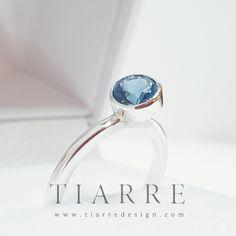 Topaz London Blue intr-o montura de argint cu inclinatie de 30°. London Blue, Topaz, Gemstone Rings, Gemstones, Jewelry, Author, Jewlery, Gems, Bijoux