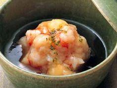 田村 隆さんの「れんこんまんじゅう」のレシピページです。れんこんをすりおろして蒸すだけで、もっちりとした口当たりのまんじゅうに。 材料: れんこん、えび、ぎんなん、あん、柚子の皮、塩