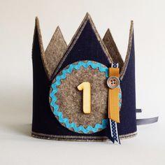 Verjaardagskroon/ verjaardagsmuts speciaal voor de stoere jongen! De kroon is gemaakt van 100% vilt en katoen- jeans / denim.