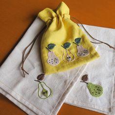 娘の給食ナフキンとナフキン入れ♪樋口さんの洋梨の図案かわいい #刺繍#給食#ナフキン #巾着#樋口愉美子  #2色で楽しむ刺繍生活  #洋梨#pear #yumikohiguchi  #embroidery