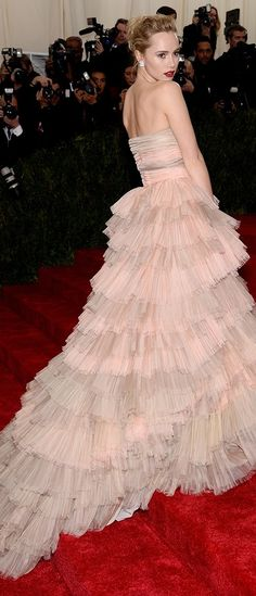Suki Waterhouse, Burberry gown