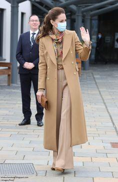 Looks Kate Middleton, Estilo Kate Middleton, Princess Kate Middleton, Herzogin Von Cambridge, Red Tartan Scarf, Estilo Real, Langer Mantel, Royal Fashion, Fall Fashion