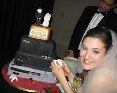 Xbox wedding hmmmmmmm I think I like! Xbox Wedding, Gamer Wedding Cake, Funny Wedding Cake Toppers, Geek Wedding, Themed Wedding Cakes, Wedding Humor, Wedding Ideas, Wedding Stuff, Dream Wedding
