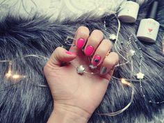 Karnawałowa stylizacja paznokci, połączenie odcieni malinowych i srebra!