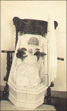 Unusual ~ casket propped on a chair Post Mortem Pictures, Post Mortem Photography, Victorian Pictures, Momento Mori, Vintage Photography, Creepy Photography, Casket, Macabre, Victorian Era