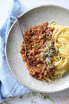 Vegetar Bolognese - opskrift på en lækker mættende bolognese uden kød Bolognese, Veggie Recipes, Vegetarian Recipes, Food Catalog, Moussaka, Time To Eat, Tzatziki, Vegetable Dishes, Coleslaw