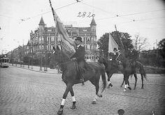 Nijmeegs Studenten Corps Carolus Magnus. Op de achtergrond het Oranje Hotel, Stationsplein Nijmegen. 1936