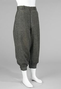 Knickerbockers: These are short pants that tie or buckle below the knee. The legs are loose and make it easy for your legs to move around. Men wore these during sports games. The first baseball team in NYC was the New York Knickerbockers. 1920 Style, My Style, New York Knickerbockers, Golf Knickers, King Company, Royal Fashion, Mens Fashion, Plus Fours, Wraps
