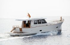 MINORCHINO 54 The Sasga 54 HT model is long enough to be able to handle long crossings and its seaworthy appearance gives it the elegance that distinguishes classical yachts. Thanks to a fuel tank of 2,800 litres of capacity it will be able to sail without refuelling for many days.