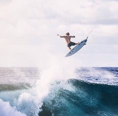 flying / John John Florence takes top honors / Surfer Poll Surfer Magazine Wind Surf, Surf Fishing, Surfing Tips, Water Surfing, Girl Surfing, John John Florence, E Skate, Surfer Magazine, Surfing Pictures
