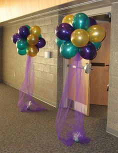 another balloon decoration for mardi gras inspired party. always use green, purple and gold/yellow to get that carnival feeling!