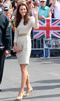 Kate Middleton acena em evento com vestido de alfaiataria e scarpin nude