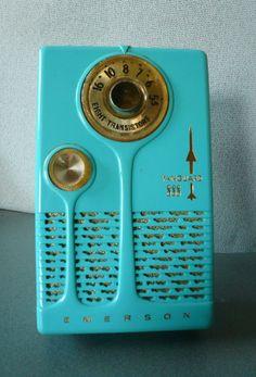 VINTAGE EMERSON VANGUARD 888 TRANSISTOR RADIO. Love the design on this cutie!