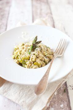 Un risotto con asparagi è un piatto salutare e gustoso. La mantecatura con avocado lo rende ancora più genuino e piacevole al palato.