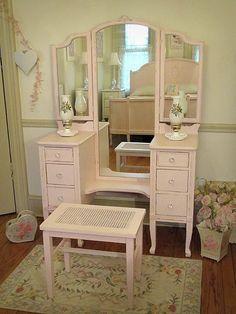 pretty in pink vintage vanity Unique Furniture, Furniture Projects, Furniture Makeover, Vintage Furniture, Painted Furniture, Pink Furniture, Antique Makeup Vanities, Antique Vanity, Vintage Vanity