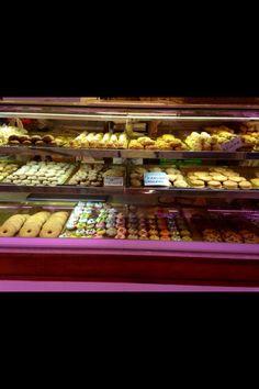 El Mercado Central de Alicante tiene mucho pan, galletas y pasteles. El Mercado tambien tiene tona que es un pan grande y dulce. Tona es muy deliciosa.