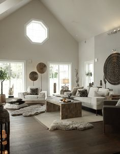 Décoration africaine, table basse en bois, couleurs neutres, ivoire, écru, terre, taupe, brun.