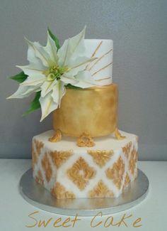torta con decorazioni di colore oro e stella di natale…