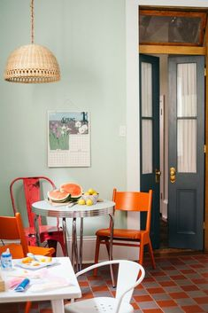 Vintage Interior Design colorful vintage modern nola home via domino. / sfgirlbybay - new Orleans is known for bold and colorful, so it's perhaps no surprise that liz solms' nola home is a virtual cornucopia of color. Luxury Dining Room, Dining Room Design, Interior Design Kitchen, Modern Interior Design, Interior Decorating, Masculine Interior, Pastel Interior, Decorating Kitchen, Contemporary Interior