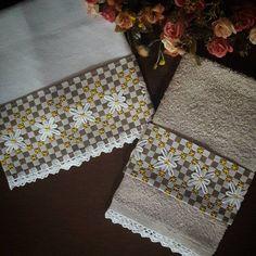 Pano de Prato e toalhinha de mão com aplicação de tecido xadrez e bordado á mão.  Passado biquinho de crochê no barrado.  Confeccionado em tecido próprio para pano de prato.
