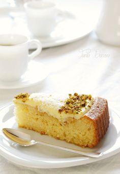 Необходими продукти:   2 яйца  ½ чаена чаша фина захар  ½ чаена чаша прясно мляко  ½ чаена чаша слънчогледово олио  1 чаша грис  1 чаша б...