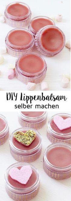 DIY Lippenbalsam selber machen: Tolles Geschenk für den Valentinstag! Pflegendes Lippenbalsam kannst du mit wenigen Zutaten zuhause selber machen: Alles, was du dafür brauchst, ist Sheabutter, Kokosöl und Bienenwachs!