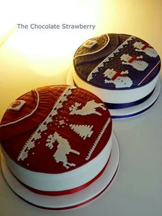 Christmas jumper cakes in different colours! Would you consider a blue cake for #christmas? - For Christmas cake supplies check out The Vanilla Valley - http://www.thevanillavalley.co.uk/christmas