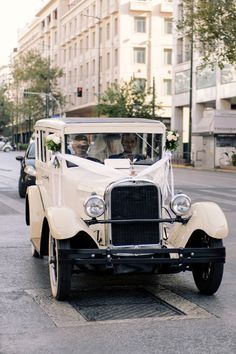 classic white wedding car Wedding Boxes, Wedding Cars, Wedding Couples, Luxury Wedding, Destination Wedding, Renaissance Wedding, Harlem Renaissance, Wedding Bible, Wedding Transportation