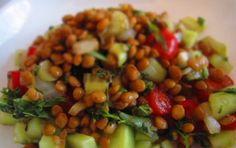 Insalata di lenticchie e pomodorini - Ecco una fresca insalata di lenticchie e pomodorini da servire per il cenone di Capodanno insieme al cotechino o allo zampone.
