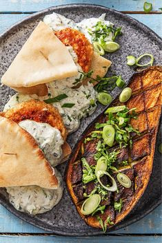 Seasoned chicken burgers with naan HelloFresh Poulet Tikka Masala, Low Carb Brasil, Ras El Hanout, Dinner Side Dishes, Dairy Free Diet, Rabbit Food, Food Is Fuel, Good Healthy Recipes, Kitchen Recipes