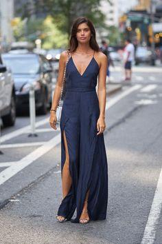 Pura elegancia la de Sara Sampaio con este maxivestido azul de tirantes deThe Jet Set Diaries, sandalias metalizadas y bolso con cadena de Chanel.