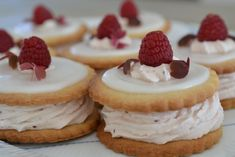 medals with raspberry and vanilla cream, medals, whipped cream cake, vanilla cake … Danish Cake, Danish Food, Whipped Cream Cakes, Pastry Logo, Danishes, Breakfast Pastries, Vanilla Cake, Vanilla Cream, Cake Cookies