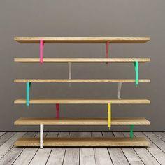 """IKEA HACK. Man kann Ekby Tryggve, Mula und Ekby Töre, drei einfache Ikea Produkte, so kreativ miteinander verbinden, dass ein freistehendes Bücherregal entsteht. Wie das aussieht zeigen Elia Maurizi und Francesco Pepa mit Unalibreria, einem ihrer Möbelstücke der Serie """"Lato B"""".:"""