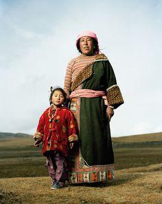 Pagmo, 48, mit ihrer Enkelin Rinmogya, 5, tibetische Nomaden  |  © Mathias Braschler und Monika Fischer/Hatje Cantz Verlag