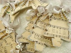 Geschenkanhänger I've got to get some old sheet music Noel Christmas, Diy Christmas Ornaments, Christmas Projects, Winter Christmas, All Things Christmas, Holiday Crafts, Holiday Fun, Vintage Christmas, Christmas Decorations