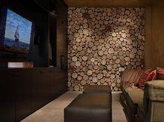 Een wand in de woonkamer beplakt met plakjes hout